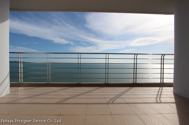 luxurious seaview condo    for sale in Na Jomtien Pattaya